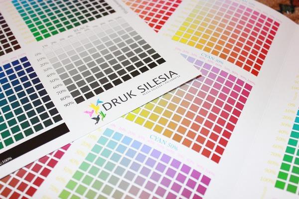紙箱のデザイン見本に色を合わせるにあたって
